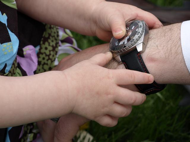 relógio-jornada-de-trabalho-melhor-concurso-público-funcionário-feliz-criança-filhos-mais-tempo