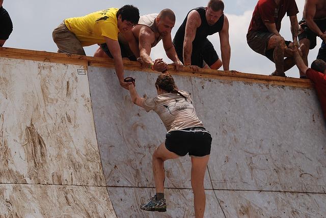 amigos-ajuda-puxando-braço-motivacao-para-estudar-para-concursos